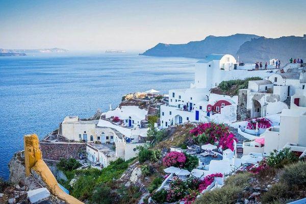 Βρετανικά ΜΜΕ: Η Ελλάδα ίσως ανοίξει τα σύνορα της για εμβολιασμένους Βρετανούς τουρίστες
